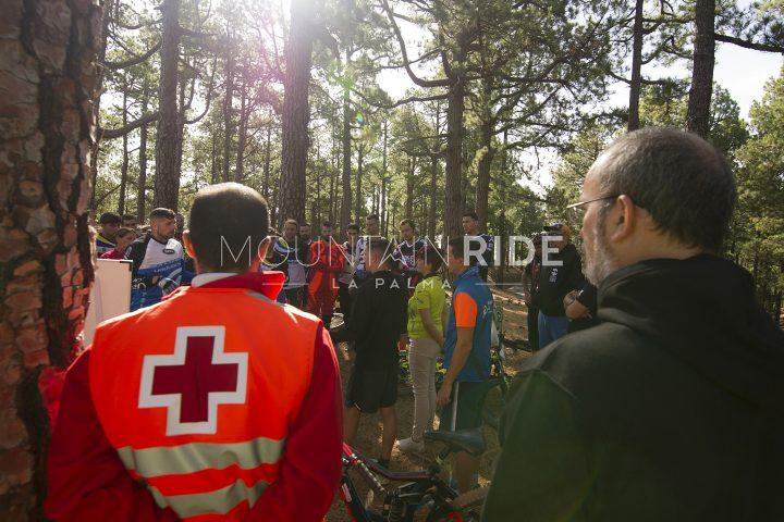 Besprechung vor Rennstart am Startpunkt Pico de la Nieve