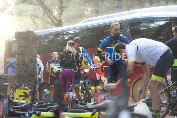 Die Sportler auf der Suche nach ihren Bikes